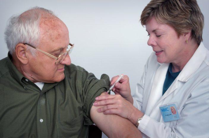 Почему массовая вакцинация мешает испытывать новые препараты